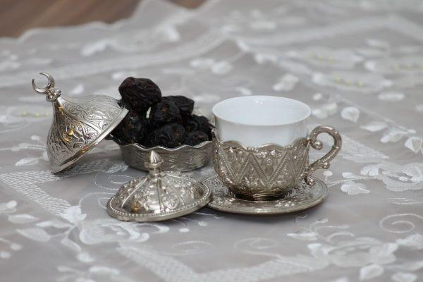 dattes et thé pendant le ramadan